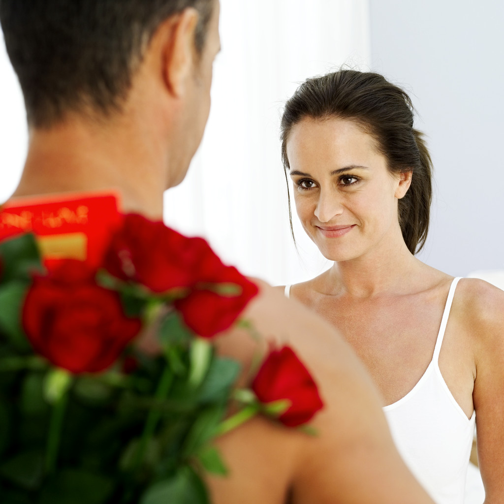 Каким женщинам дарят цветы и подарки 58